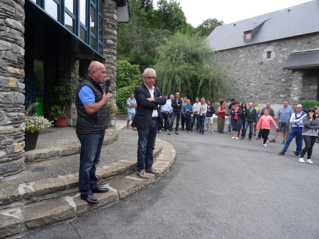 Apéritif traditionnel à l'occasion de la fête: Noël Lacaze et Michel Pélieu commentent les réalisations et les projets sur la commune et l'espace Génos-Loudenvielle