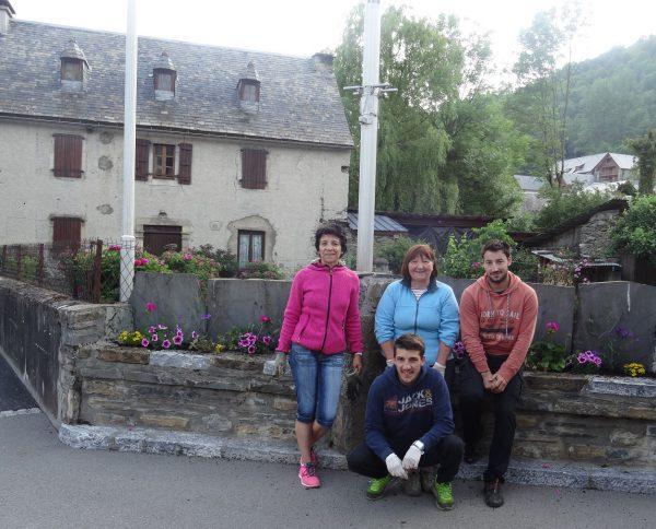 Jour de plantations au village avec Christine David au centre et Joëlle Vidal à gauche.